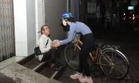 Người đẹp Nhân ái Mai Phương trao quà Tết cho người vô gia cư trong đêm