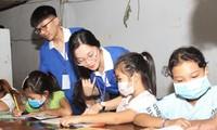 'Gia sư áo xanh' hỗ trợ học tập cho con em người lao động khó khăn