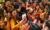 Fans quây kín Đan Trường sau đêm diễn chào mừng giỗ Tổ ở TP. Thủ Đức
