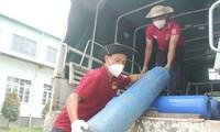Những chàng trai mang bình oxy cứu chữa bệnh nhân F0