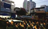 Hàng ngàn sinh viên ở Sài Gòn xếp hàng thâu đêm, chen chúc nhau để đăng ký thi TOEIC.