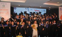 """Tân sinh viên nhận học bổng """"Nâng bước thủ khoa"""" năm 2018"""