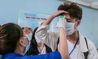 Sinh viên được đo thân nhiệt trước khi vào trường