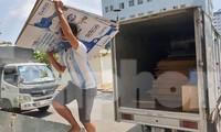 Các nhà hảo tâm, doanh nghiệp vận chuyên thùng carton đến quy góp cho khu cách ly KTX ĐHQG TPHCM