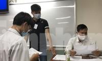 Giám thị coi thi và thí sinh kiểm tra thông tin dự thi tại điểm thi trường THPT Lê Qúy Đôn, quận 3