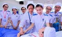 Học phí ngành y đang dẫn đầu trong các ngành học ở nước ta. (ảnh: sinh viên ngành y Trường ĐH Nguyễn Tất Thành trong buổi học thực hành)