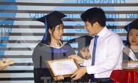 Anh Nguyễn Ngọc Lương, Bí thư TƯ Đoàn trao học bổng Nâng bước thủ khoa cho sinh viên năm 2019