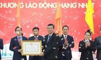 Thứ trưởng Bộ GD&ĐT Nguyễn Văn Phúc (phải) trao Huân chương Lao động hạng Nhất cho đại diện trường HUTECH
