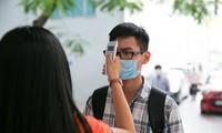 Sinh viên được đo thân nhiệt trong ngày đầu trở lại trường sau gần 1 tuần nghỉ học phòng dịch
