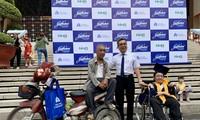 Hai bố còn Việt Tiến, Việt Tuấn chụp ảnh cùng PGS-TS Nguyễn Ngọc Điện Hiệu trưởng Trường ĐH Hoa Sen