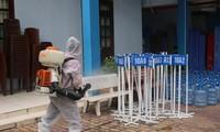 Trường học ở TPHCM khử khuẩn để phòng chống dịch COVID-19