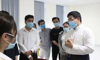 PGS- TS Nguyễn Hoàng Bắc, Phó hiệu trưởng Trường ĐH Y dược TPHCM trò chuyện, động viên các em sinh viên tham gia chống dịch