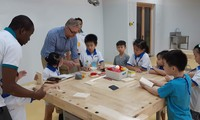 Học sinh một trường quốc tế trong giờ học với giáo viên người nước ngoài