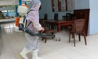 Trường THPT Nguyễn Du, quận 10 phun thuốc khử trùng trường lớp dịp trước Tết Nguyên đán