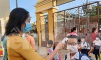 Học sinh được đo thân nhiệt trước khi vào trường