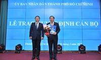 Phó Chủ tịch UBND TPHCM Dương Anh Đức trao quyết định bổ nhiệm cho PGS- TS Ngô Minh Xuân