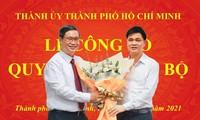 Ông Ngọ Duy Hiểu, Phó Chủ tịch Tổng LĐLĐ VN tặng hoa chúc mừng PGS. TS. Vương Đức Hoàng Quân tại lễ công bố quyết định cán bộ.