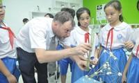 Học sinh đang học với giáo viên nước ngoài theo chương trình Tiếng Anh tích hợp (ảnh EMG)