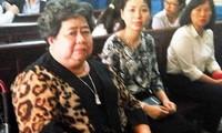 Bà Hứa Thị Phấn (bên trái)