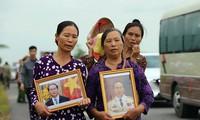 Người dân Ninh Bình ôm di ảnh Chủ tịch nước đón linh cữu