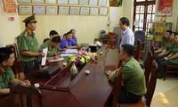 Cơ quan chức năng đọc lệnh khởi tố Phạm Văn Khuông - Phó GĐ Sở GD&ĐT. Ảnh: Nguyễn Lân