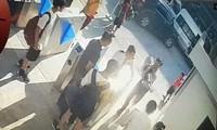 Hình ảnh cắt từ clip ghi lại cảnh cháu bé được bế rời khỏi ô tô.