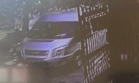 Hình ảnh ô tô 16 chỗ chở bé 6 tuổi ra vào ký túc xá Học viện Báo chí.