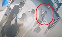 Hình ảnh ghi lại cảnh phát hiện bé trai trong ô tô. Ảnh: Cắt từ clip.