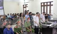 Các bị cáo và người liên quan tại tòa sáng 14/10.