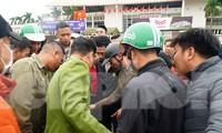 Cảnh sát đưa người bán 'vé giả' trận Việt Nam - Thái Lan về trụ sở