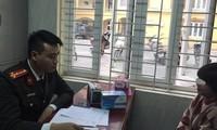 Lực lượng chức năng làm việc với cá nhân thổi giá khẩu trang ở chợ thuốc.