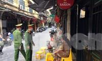 Công an quận Hoàn Kiếm tuần tra, nhắc nhở người dân thực hiện công tác phòng chống dịch COVID-19.
