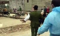 Chị Tống Thị Loan ngất xỉu tại điểm lấy mẫu xét nghiệm cho người dân phường Phạm Thái (Kinh Môn, Hải Dương).