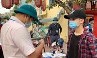 Lực lượng chức năng xử phạt nhiều người vi phạm quy định phòng dịch ở Hải Dương.
