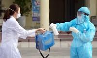 Nhân viên y tế khử khuẩn toàn thân trước khi ra vào Bệnh viện GTVT Hải Phòng.