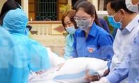 Thanh niên huyện Thủy Nguyên hỗ trợ người dân trong khu vực cách ly tại xã Hoàng Động.