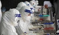 Lực lượng y tế lấy mẫu xét nghiệm cho người dân ở TP Hải Dương.