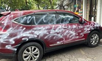Chiếc Honda CR-V đỗ trên phố Lương Khánh Thiện (Ngô Quyền, Hải Phòng) bị phun sơn trắng vỏ.
