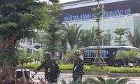 Một tổ công binh đang dò tìm bom mìn, vật nổ tại sân bay Đà Nẵng