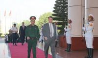 Thứ trưởng Quốc phòng Việt Nam Nguyễn Chí Vịnh và Trợ lý Bộ trưởng Quốc phòng Hoa Kỳ phụ trách các vấn đề Châu Á - Thái Bình Dương Randall Schriver cùng chủ trì Đối thoại