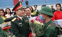 Tư lệnh Bộ Tư lệnh Thủ đô Hà Nội Nguyễn Quốc Duyệt tiễn tân binh lên đường nhập ngũ năm 2020. Ảnh: Nguyễn Minh