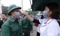 Kiểm tra thân nhiệt tân binh nhập ngũ năm 2020 tại Nghệ An