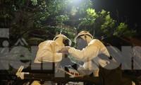 Bộ đội Hóa học phun khử khuẩn bên ngoài khoa A1, Bệnh viện Bạch Mai, tối 28/3. Ảnh: Nguyễn Minh