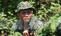 Chiến sĩ Đồn Biên phòng CKQT Lao Bảo mật phục đánh bắt tội phạm trên biên giới. Ảnh: Nguyễn Minh