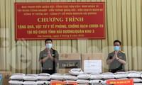 Lãnh đạo Ban Thanh niên Quân đội (bên trái) trao tặng vật chất, vật tư y tế chống dịch cho Bộ chỉ huy Quân sự tỉnh Hải Dương