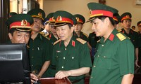 Thiếu tướng Nguyễn Hữu Hùng (khi đó đang là thượng tá, đầu tiên từ phải qua) cùng lãnh đạo Tổng cục Kỹ thuật kiểm tra nhà điều hành khu kỹ thuật của Lữ đoàn Công binh 249.