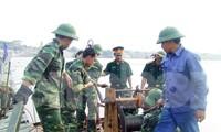Thiếu tướng Nguyễn Hữu Hùng (khi đó là thượng tá) đang chỉ huy, kiểm tra công tác an toàn trong bắc cầu phao Đuống phục vụ sửa chữa cầu Đuống năm 2010.