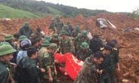 Lực lượng cứu hộ đưa thi thể một quân nhân hy sinh ra khỏi hiện trường vụ sạt lở