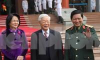 Tổng Bí thư, Chủ tịch nước Nguyễn Phú Trọng, Phó Chủ tịch nước Đặng Thị Ngọc Thịnh và Bộ trưởng Quốc phòng Ngô Xuân Lịch trước giờ vào hội nghị