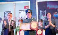Lãnh đạo Mặt trận Tổ quốc Việt Nam và Viện Huyết học truyền máu T.Ư trao tặng Bằng khen của Bộ trưởng Bộ Y tế cho Sư đoàn Không quân 371, tháng 12/2020